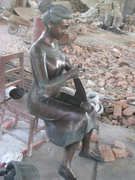 Bronzeskulptur Strickerin